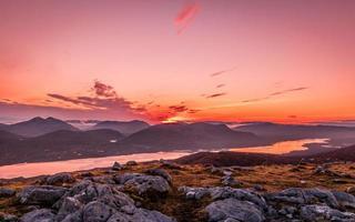 nascer do sol dourado sobre as colinas escocesas foto