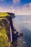 Kilt Rock Waterfall na Ilha de Skye, Escócia