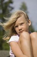 jovem pensativa ao ar livre