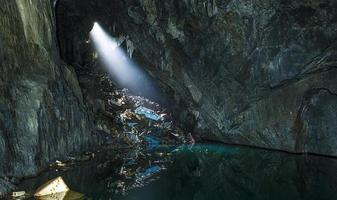 luz brilhando através de uma caverna foto