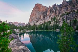 água ainda azul perto das montanhas foto