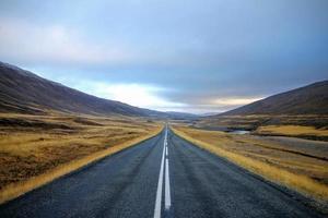 estrada passando por uma paisagem montanhosa