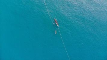 barco em um mar azul foto