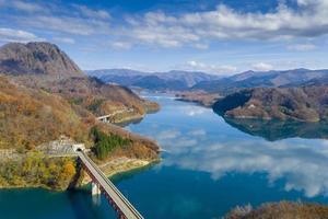 lago verde cercado por montanhas foto