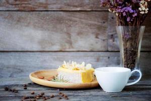 café e sobremesa na mesa foto