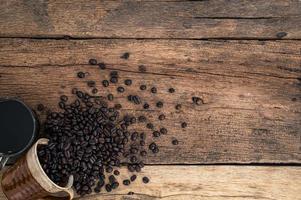 caneca de café e grãos de café foto