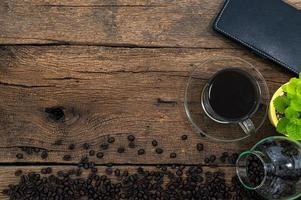caderno e grãos de café na mesa