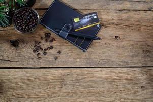 cartão de crédito, notebook e grãos de café