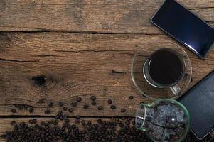 smartphone e café na mesa foto