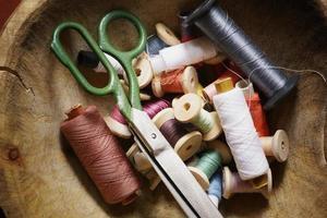 utensílios para costurar linha de tesoura