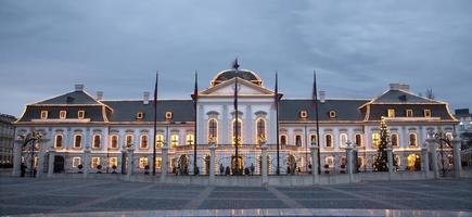 bratislava - palácio do presidente e decoração de natal foto