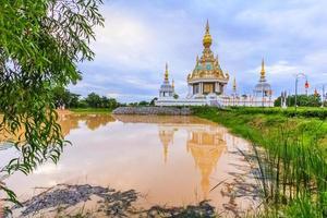 templo branco em tailandês foto