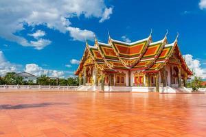 arte em templo tailandês decorado em igreja budista foto