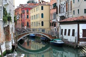 ponte redonda sobre o canal