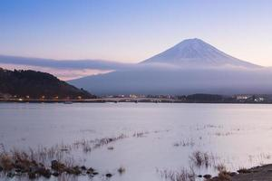 Lago Kawaguchiko com fundo da montanha Fuji foto