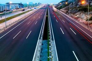 rodovia à noite em longa exposição foto