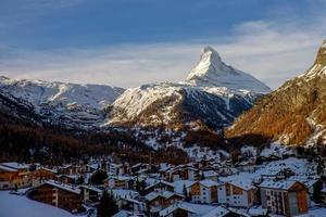 pico do matterhorn sobre zermatt durante o inverno