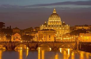 Roma - ponte dos anjos e st. basílica de peters à noite foto
