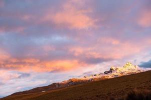 pôr do sol no poderoso vulcão altar. Equador