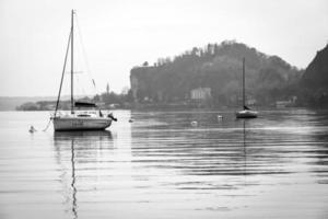 panorama do inverno do lago maggiore. bw imagem
