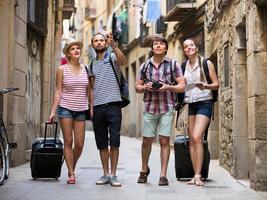 casais com bagagem caminhando pela cidade
