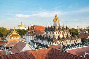 wat ratchanaddaram e loha prasat metal palace em bangkok, tailandês foto