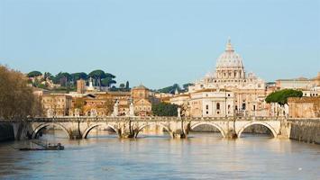 Roma - ponte dos anjos e st. basílica de Peter foto
