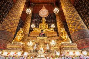bela imagem de Buda em phra ubosot em wat hong rattanaram