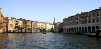 Veneza, o canal e as gôndolas de madeira turísticas