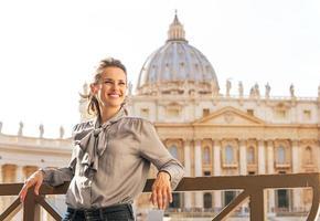 retrato de mulher jovem feliz em uma cidade-estado do vaticano