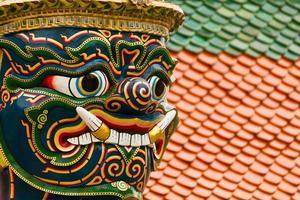 belo rosto da estátua gigante do guardião na Tailândia. foto