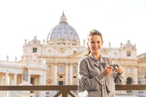mulher sorridente na piazza san pietro em vaticano