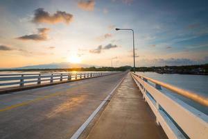 vista do nascer do sol na ponte.