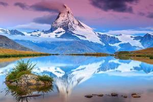 nascer do sol incrível com pico de matterhorn e lago stellisee, valais, suíça