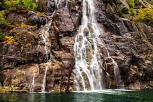 rochas de superfície esculpidas e cachoeira, noruega foto