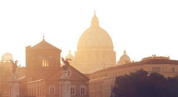 telhados de roma e basílica de são peter ao pôr do sol foto