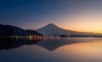 reflexo da montanha fuji e lago kawaguchi ao pôr do sol