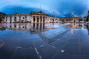 fonte e praça de São Jorge na manhã chuvosa, Valletta
