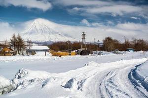 Vulcão Koryaksky e paisagem circundante coberta de neve