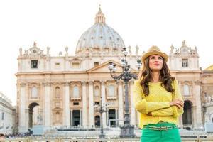 jovem na piazza san pietro em uma cidade-estado do vaticano
