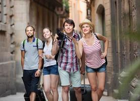 turistas com câmera andando na rua