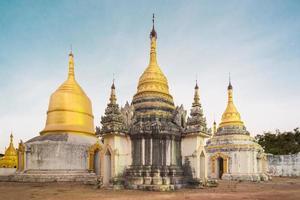 antigo templo budista, pindaya, burma, myanmar. foto