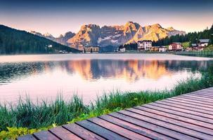 colorido nascer do sol de verão no lago da misurina