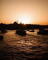 corpo d'água na hora dourada do pôr do sol foto
