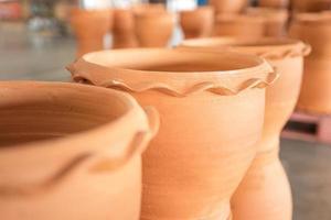 vasos de cerâmica castanhos vazios