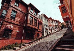 rua com edifícios residenciais e estrada de paralelepípedos na colina