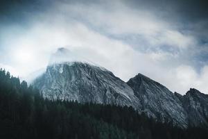 pico da montanha atingindo as nuvens foto