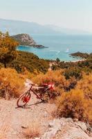bicicleta em penhasco rochoso na natureza