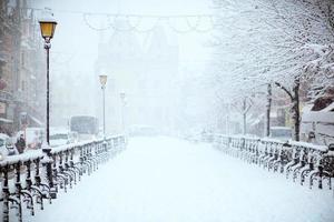 estrada em uma tempestade de neve foto