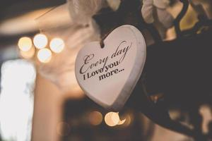 decoração de casamento de coração de madeira com texto de amor